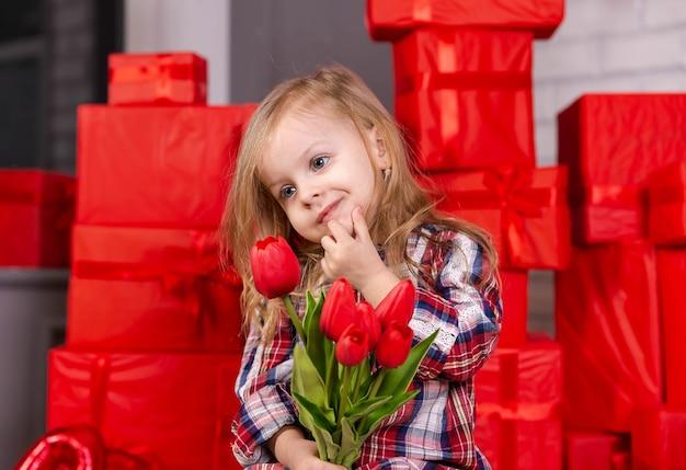 Garota atraente, presente aberto, aniversário, menina encantadora se surpreende
