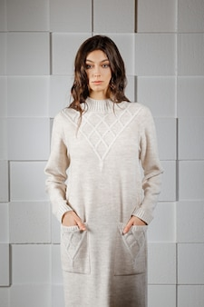 Garota atraente vestido longo de malha de lã