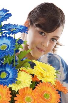 Garota atrás de um buquê de flores coloridas