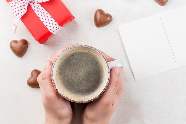 Garota bebe café no dia dos namorados