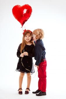 Garota beija menino