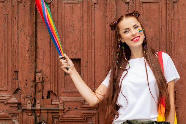 Garota bissexual em roupas coloridas, posando sobre a porta velha.