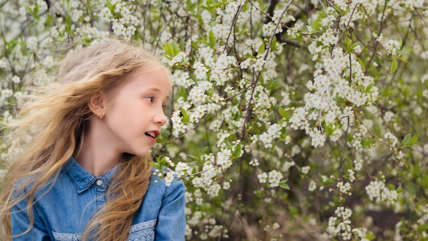 Garota bonita camisa jeans azul brilhante no jardim do vinho. retrato de rir menina feliz.