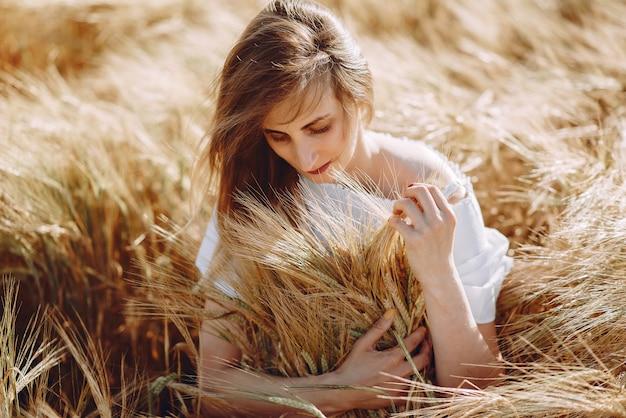 Garota bonita em um campo de outono