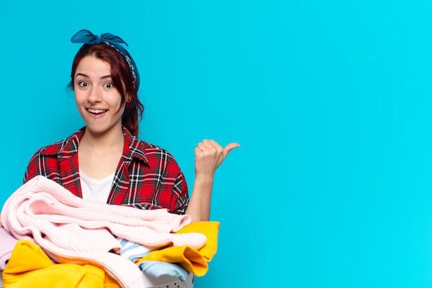 Garota bonita governanta lavando roupas