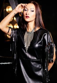 Garota bonita roupas pretas, posando com luzes de estúdio