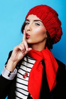 Garota bonita uma boina vermelha. estilo francês.