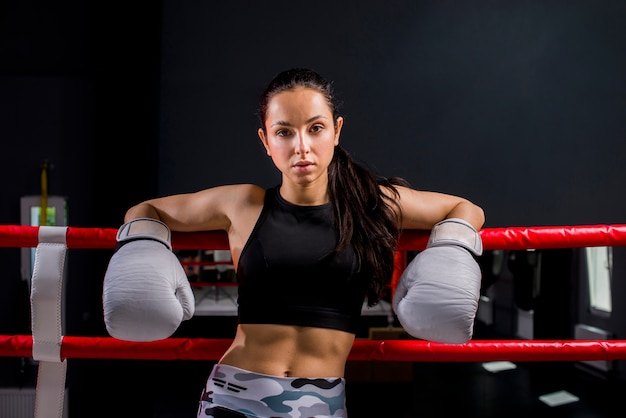 Garota boxer posando no ginásio