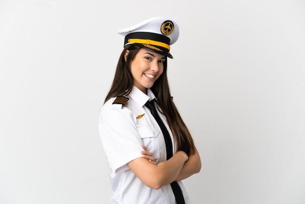 Garota brasileira piloto de avião isolado com os braços cruzados e olhando para a frente