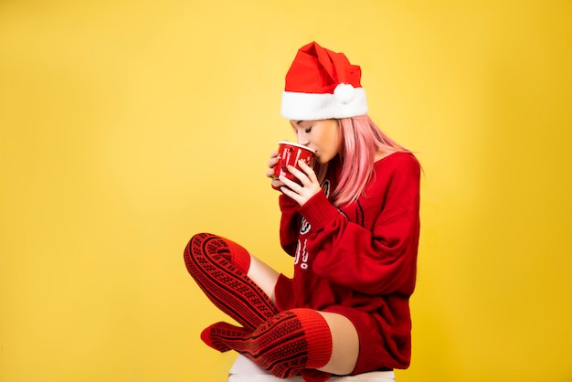 Garota café com chapéu de papai noel vermelho