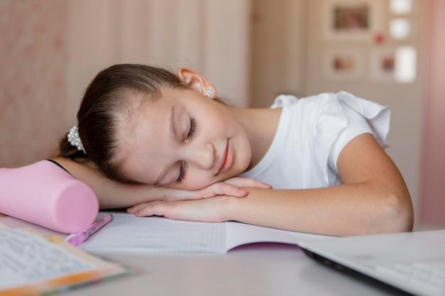 Garota cansada durante as aulas online