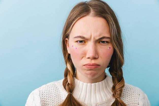 Garota chateada com suéter isolada