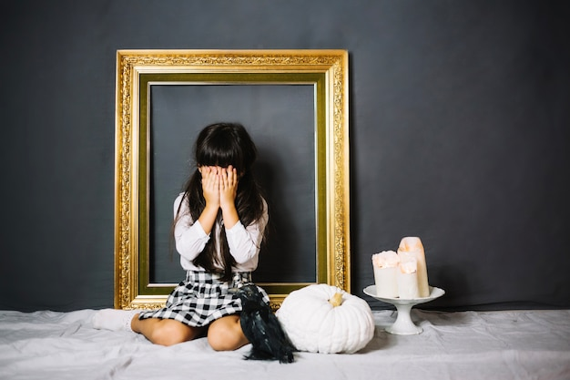 Garota chora e corvo
