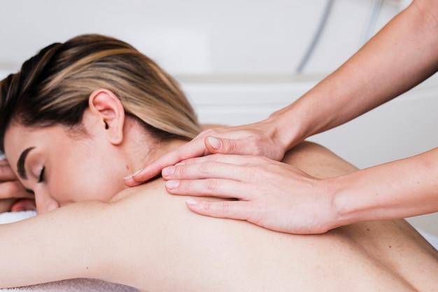 Garota close-up, recebendo uma massagem no spa