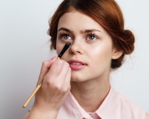 Garota coloca maquiagem