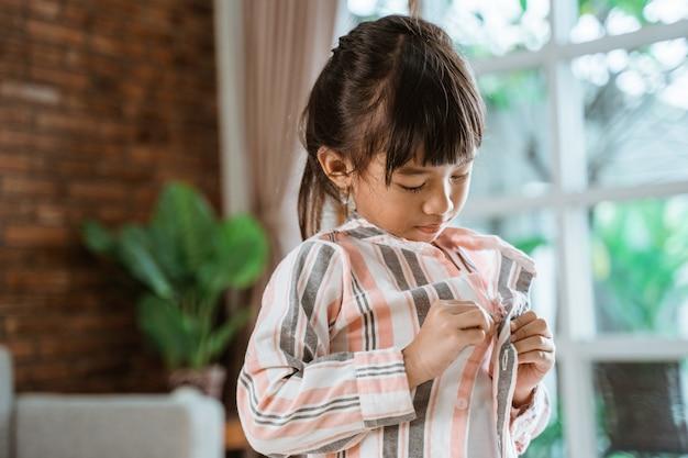 Garota colocando suas roupas por hersel