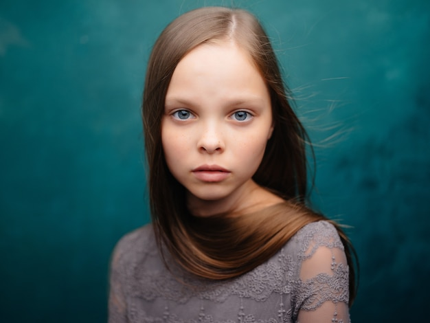 Garota com cabelo comprido posando de aparência atraente isolado em um fundo