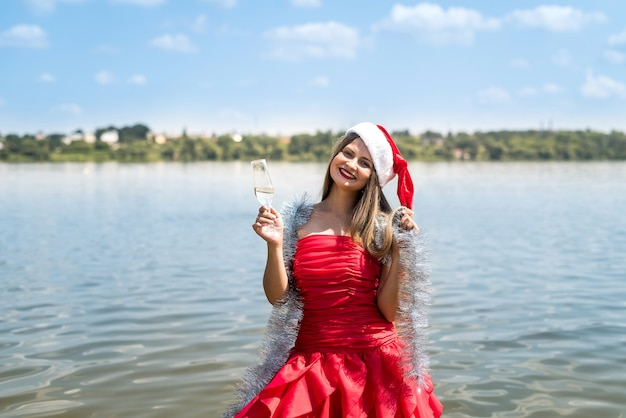 Garota com cabelo comprido segurando uma taça de champanhe