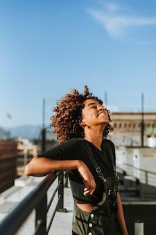 Garota com cabelo encaracolado em um telhado de los angeles