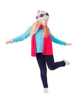 Garota com cabelo loiro com roupas de inverno posando em branco isolado