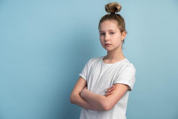 Garota com cabelo loiro em uma parede azul