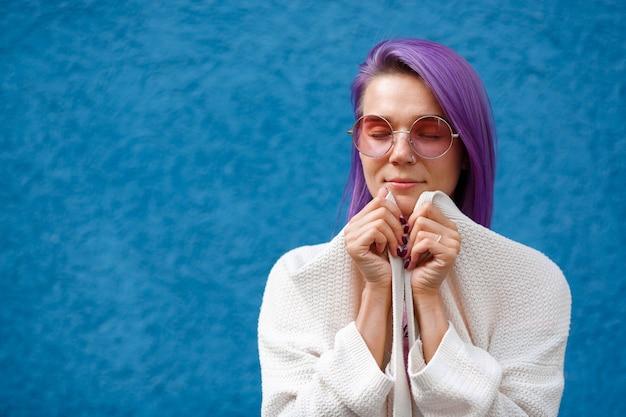 Garota com cabelo roxo no azul