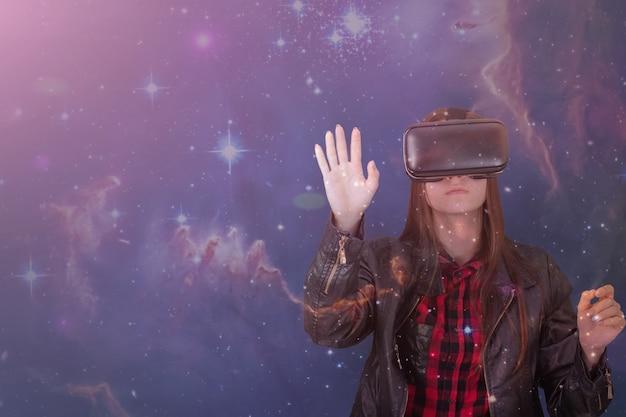 Garota com capacete de rv na galáxia espacial