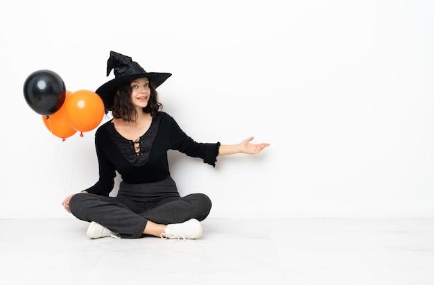 Garota com fantasia de bruxa para festas de halloween
