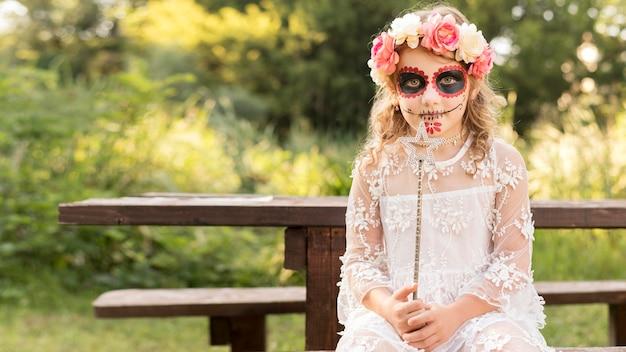 Garota com fantasia de halloween