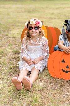 Garota com fantasia para o halloween