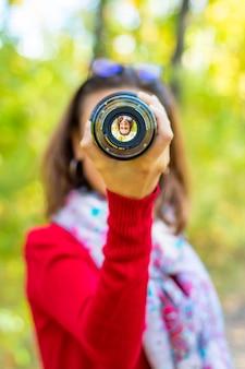 Garota com lente, garota fotografando com lente, garota fotógrafa