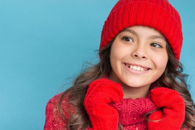 Garota com roupas de inverno vermelho sorrindo
