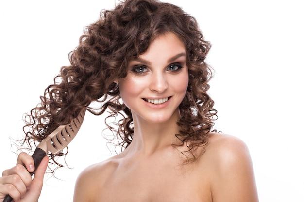 Garota com um cabelo perfeitamente encaracolado