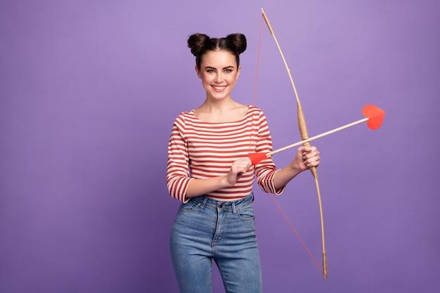 Garota com um penteado moderno segurando um arco e flechas