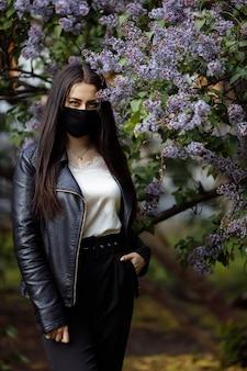 Garota com uma máscara médica