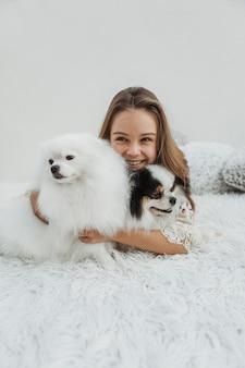 Garota com vista frontal e seus cachorros