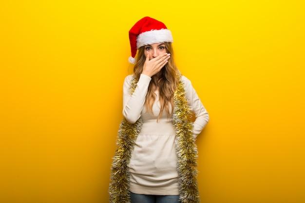 Garota comemorando as férias de natal em fundo amarelo