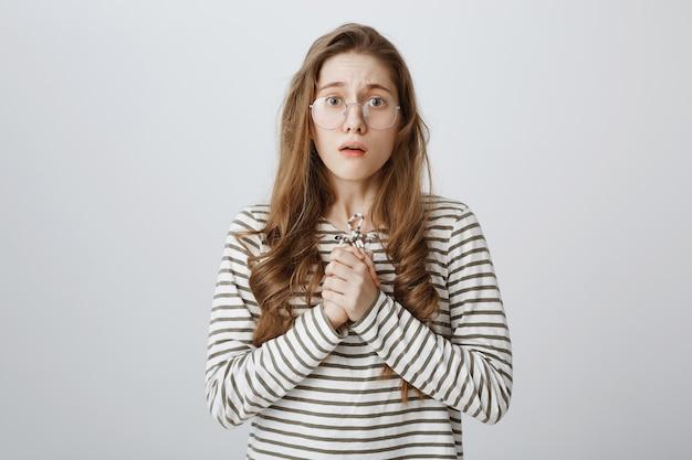 Garota compassiva e preocupada de óculos parecendo nervosa