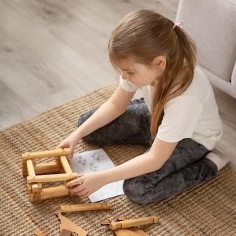 Garota completa brincando no chão