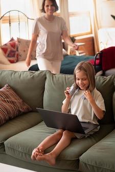 Garota completa com laptop e fones de ouvido