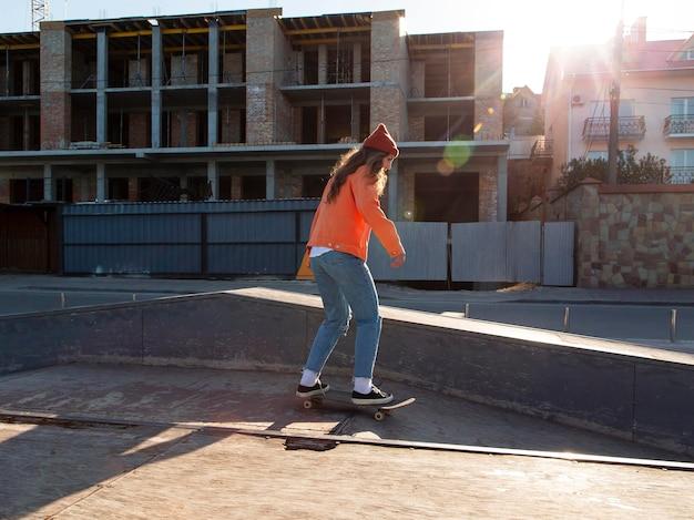 Garota completa patinando ao ar livre