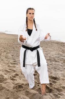 Garota confiante em traje de arte marcial