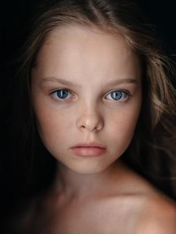 Garota confiante olhar ombros nus retrato closeup lindo rosto