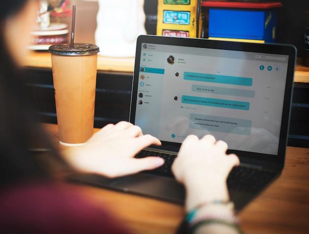 Garota conversando em um laptop