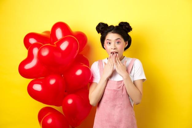Garota coreana surpresa, ofegando e dizendo uau, olhando para uma oferta promocional especial no dia dos namorados