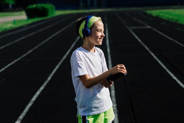 Garota correndo em uma noite ensolarada de verão