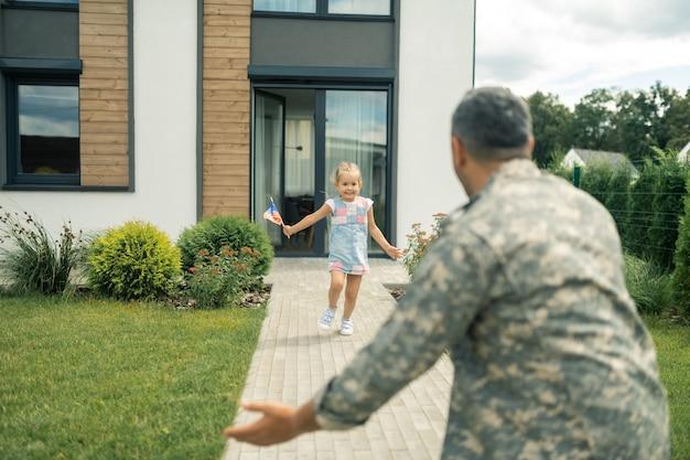 Garota correndo. garota usando vestido de verão sentindo-se incrível saindo de casa e correndo para o pai