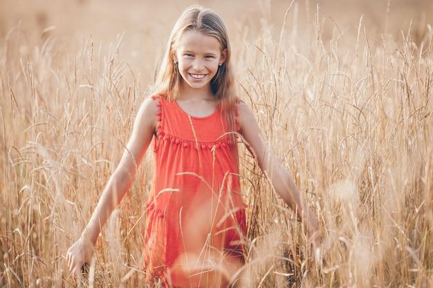 Garota correndo rápido e segurando o brinquedo de avião