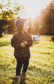 Garota da criança se divertindo no parque.