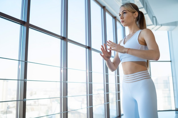 Garota da ioga medita e olha a vista da cidade